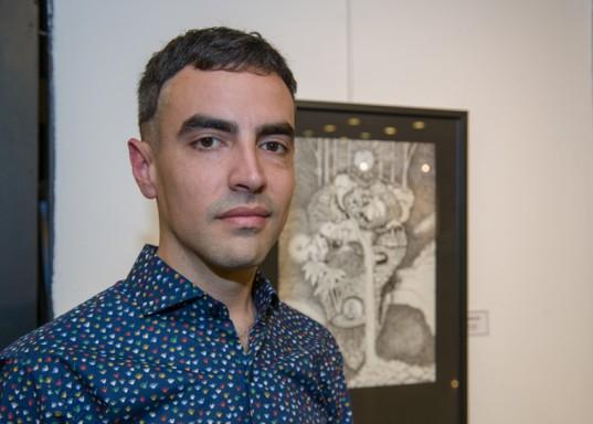 Roma.Ilu posa junto a una de sus obras, donde se destaca la técnica de puntillismo.