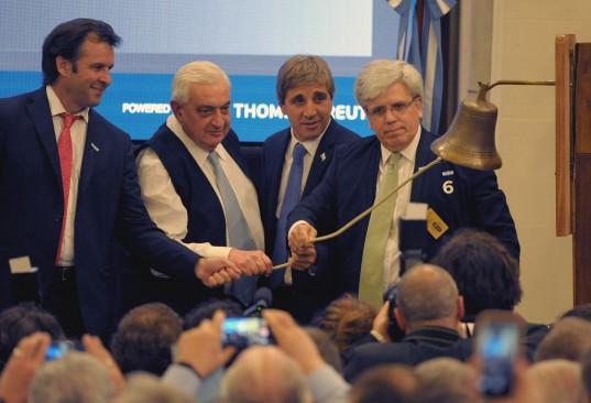 Toque de campana. Marcos Ayerra, Adelmo Gabbi, Luis Caputo y Ernesto Allaria en el Recinto de la BCBA.