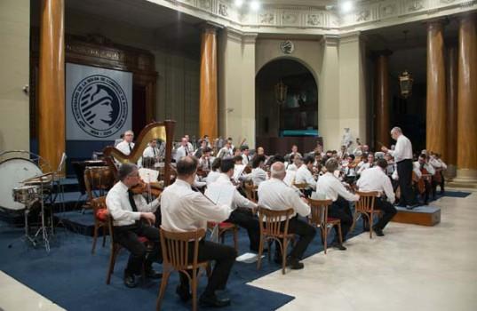 La Orquesta Sinfónica de la Policía Federal actuando en el Recinto Principal de la BCBA