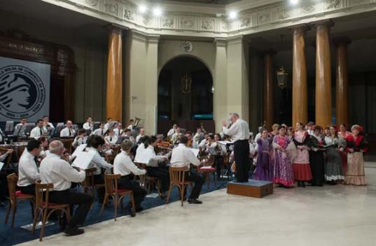 La Orquesta Sinfónica de la Policía Federal Argentina será acompañada por el Coral Lírico de Buenos Aires, Vocal Taiel y solistas del Orfeón San Ignacio