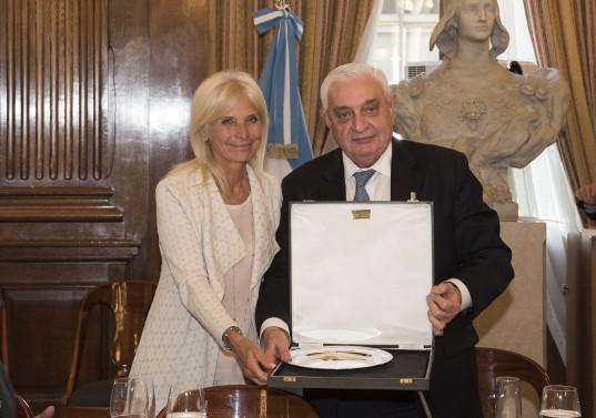 La Embajadora recibe la plaqueta de reconocimiento de manos del Presidente de la BCBA.