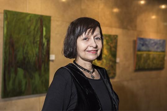 Cristina Núñez Villalba invita a recorrer bosques, caminos, campos y hasta laberintos.