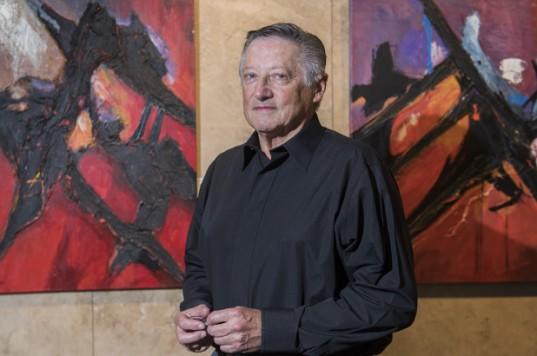 Raúl Echeveste plasma sus obras abstractas con una paleta llena de energía.