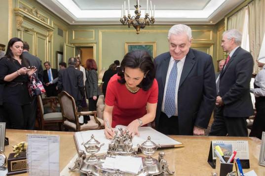 La Vicepresidenta de Panamá firma el Libro de Oro en la Presidencia de la BCBA.