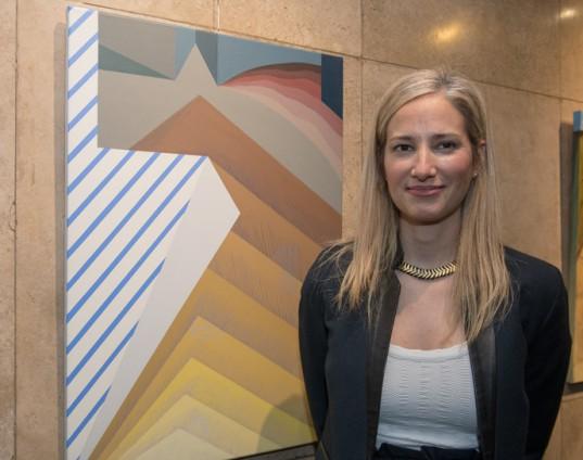 """Valeria Berney junto a su obra: """"Insel"""", elaborada en acrílico sobre tela."""