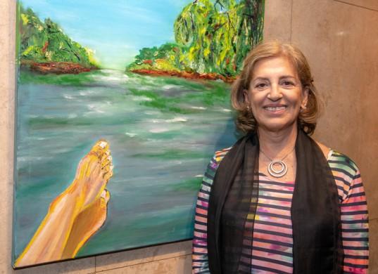 """Norma Mauad sonríe al lado de su trabajo pictórico: """"Relax"""", óleo sobre tela."""