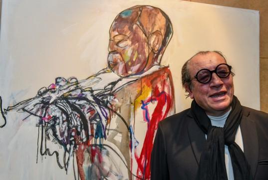 """Horacio Cacciabue posa junto a su obra: """"El furor del silencio"""", acrílico y tinta."""