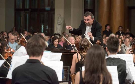 El maestro Roberto Luvini dirigiendo a la Orquesta Sinfónica Joven en el Ciclo Cultural BCBA.