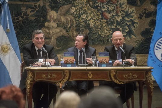 Alberto Schuster, Dante Sica y Sergio Berensztein, ayer durante la presentación del libro en la BCBA.