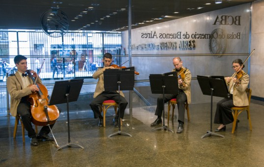 Integrantes de la Banda Sinfónica de Prefectura Naval Argentina amenizaron la velada con un variado repertorio musical.
