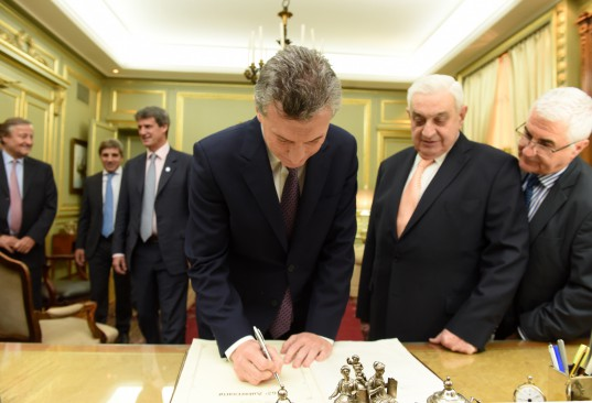 El Presidente de la Nación, Mauricio Macri, firma el Libro de Honor de la BCBA, en el despacho de Presidencia.