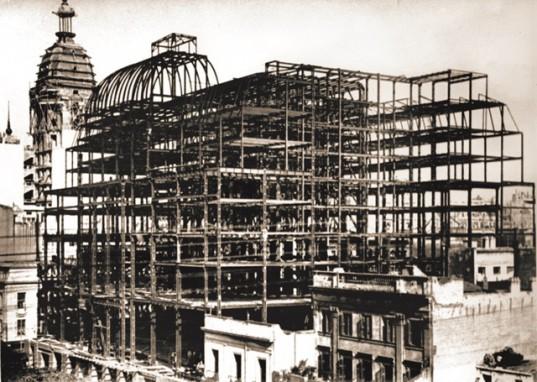 EL ESQUELETO DEL COLOSO. Así lucía el Palacio Bursátil, al inicio de su construcción, desde la avenida L. N. Alem. La obra del edificio definitivo de la BCBA fue demorada considerablemente por las consecuencias de la Primera Guerra Mundial.