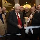 El presidente de la BCBA, Adelmo Gabbi, corta la cinta de inauguración de la nueva sede social de la entidad