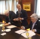 Adelmo Gabbi y Ernesto Allaria firman el acuerdo de unificación del mercado bursátil nacional en julio de 2016, cuando se conformó definitivamente Bolsas y Mercados Argentinos.
