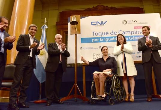 Mario Quintana, Luis Caputo, Adelmo Gabbi, Gabriela Michetti, Rocio Balestra y Marcos Ayerra en el Toque de Campana
