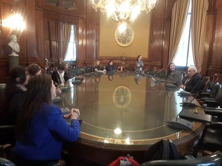 Las integrantes de Fundación FLOR escuchan atentamente al Presidente de la BCBA.