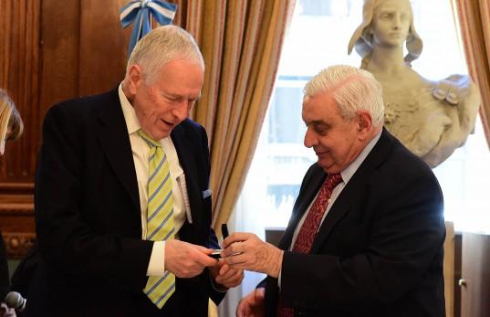 Adelmo Gabbi entrega la medalla al Edmund Phelps en el Salón de Consejo de la BCBA.