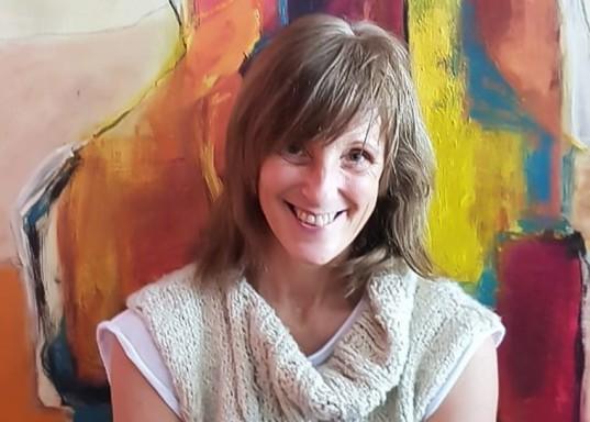 """Norma Bianco junto a su obra """"El color de la humanidad""""."""