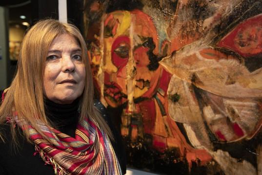 """María Cristina Torea posa junto a su obra """"Poniéndole color a los emociones""""."""
