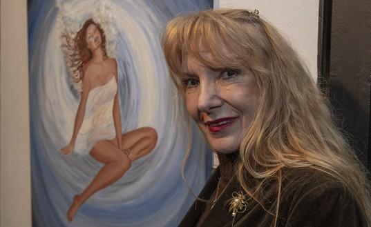 """Brigida Nocera junto a su obra """"El ángel de la revelación"""", técnica mixta."""