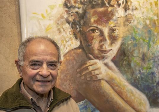 Luis Martínez Lemos posa al lado de uno de sus trabajos elaborados con técnica mixta.