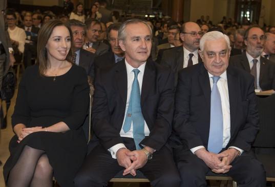 María Eugenia Vidal, Guillermo Lipera y Adelmo Gabbi en el Recinto de la Bolsa.
