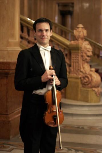 Pablo Sangiorgio nació en 1977. Es egresado del Conservatorio Alberto Ginastera, donde comenzó a estudiar violín desde los nueve años.